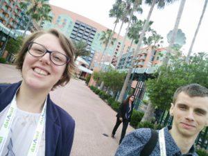 Robin en ik met ons hotel op de achtergrond, onderweg naar de sessies in het Dolphin Resort